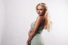 Schöne nette blonde Frau im blauen Kleid Lizenzfreies Stockfoto