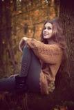 Schöne nette Frau, die im Wald stillsteht lizenzfreies stockfoto