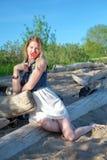 Schöne nette junge Frau, die Spaß draußen hat Stockfotografie