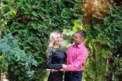 Schöne nette Paare im Sommerpark Lizenzfreies Stockfoto
