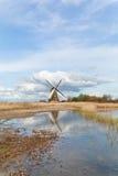 Schöne niederländische Windmühle über blauem Himmel Stockfoto