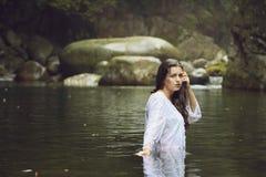 Schöne Nymphe im Wasser eines Stromes Stockfotos