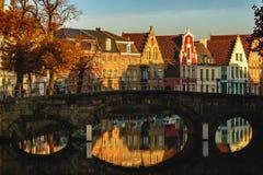 schöne Od-Gebäude reflektierten sich im Wasser des Kanals am Sonnenlicht, stockbilder