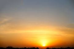 Schöne orange Sonnenaufgangsonne Magische natürliche Steigung Stockfoto