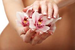 Schöne Orchidee über Frauenkarosserie Stockfotos