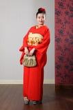 Schöne orientalische Frau im roten japanischen Kimono Lizenzfreies Stockbild