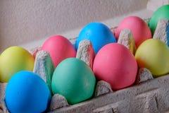 Schöne Ostereier von verschiedenen Farben Lizenzfreies Stockfoto