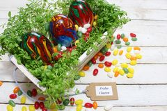 Schöne Ostern-Dekoration mit Kresse und Ostereiern lizenzfreies stockfoto