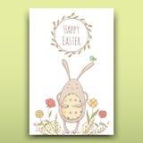Schöne Ostern-Karte mit gemaltem Osterhasen auf einem Blumenhintergrund Lizenzfreies Stockfoto