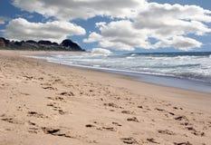 Schöne Ozean-Landschaft mit hellem Himmel Stockbild
