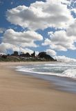 Schöne Ozean-Landschaft mit hellem Himmel Lizenzfreie Stockfotos