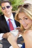 Schöne Paar-trinkender Kaffee am Kaffee Stockfotos