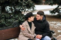 Schöne Paarausgabenzeit zusammen beim Sitzen auf Bank im Park stockfoto