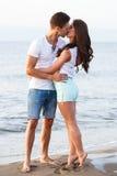 Schöne Paare auf dem Strand Stockfotografie