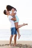 Schöne Paare auf dem Strand Stockbilder