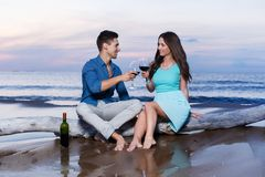 Schöne Paare auf dem Strand Stockfoto