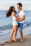 Schöne Paare auf dem Strand Lizenzfreie Stockbilder