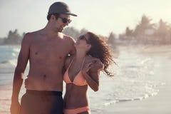 Schöne Paare auf dem Strand, der Spaß hat Lizenzfreies Stockfoto