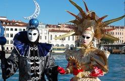 Schöne Paare in den bunten Kostümen und Masken, Ansicht über Grand Canal Stockbild