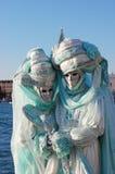 Schöne Paare in den bunten Kostümen und Masken, Ansicht über Marktplatz San Marco Stockfoto