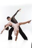 Schöne Paare in der aktiven Standardtanz Stockfotos