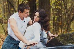 Schöne Paare der Herbstliebesgeschichte stockbild