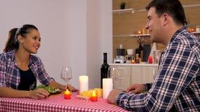 Schöne Paare in der Küche, die Kerzenlicht zu Abend isst stock footage