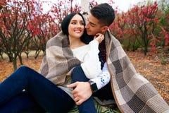 Schöne Paare in der Liebe auf Natur mit einer Gitarre stockfotografie