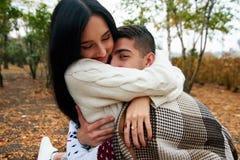 Schöne Paare in der Liebe auf Natur mit einer Gitarre lizenzfreie stockfotografie