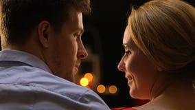 Schöne Paare in der Liebe, die den plaudernden und lachenden Zeitvertreib, gemütliche Atmosphäre genießt stock video footage