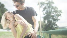 Schöne Paare in der Liebe, die Spaß während des sonnigen Tages hat Stockfotografie