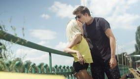 Schöne Paare in der Liebe, die während des sonnigen Tages küsst Lizenzfreies Stockbild