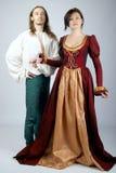 Schöne Paare der mittelalterlichen Kostüme lizenzfreies stockbild
