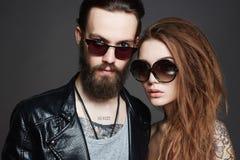 Schöne Paare in der Sonnenbrille und im Leder Lizenzfreies Stockbild
