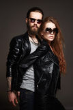 Schöne Paare in der Sonnenbrille und im Leder Lizenzfreies Stockfoto