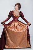 Schöne Paare der stilisierten mittelalterlichen Kostüme lizenzfreies stockbild