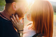 Schöne Paare des Fotos in den Bergen Lizenzfreies Stockbild