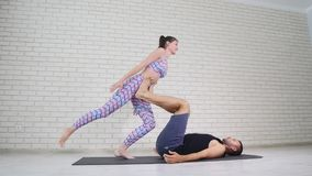 Schöne Paare, die acro Yoga im Studio tun Lizenzfreie Stockfotos