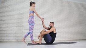 Schöne Paare, die acro Yoga im Studio tun Lizenzfreie Stockfotografie