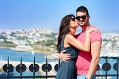 Schöne Paare, die auf Seebadhintergrund lächeln und küssen lizenzfreies stockfoto