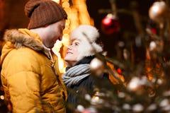 Schöne Paare, die auf Winter umarmen Lizenzfreie Stockfotos