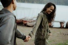 Schöne Paare, die Hand zusammenhalten stockbild