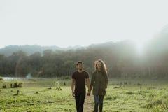 Schöne Paare, die Hand zusammenhalten lizenzfreie stockfotografie