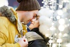 Schöne Paare, die Hintergrundlichter umarmen Lizenzfreies Stockfoto