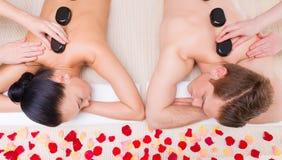 Schöne Paare, die im Badekurortsalon sich entspannen stockbild