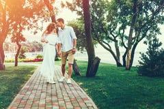 Schöne Paare, die im Sommer-Park gehen und küssen Lebensstil-Konzept zusammen genießen lizenzfreie stockfotos