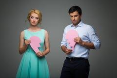 Schöne Paare, die rosa defektes Herz halten Stockbilder