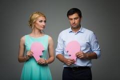 Schöne Paare, die rosa defektes Herz halten Lizenzfreie Stockbilder