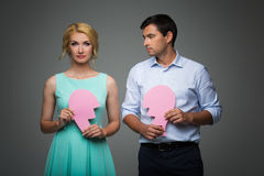 Schöne Paare, die rosa defektes Herz halten Lizenzfreie Stockfotos