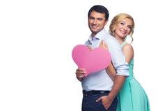 Schöne Paare, die rosa Herz halten Stockfoto